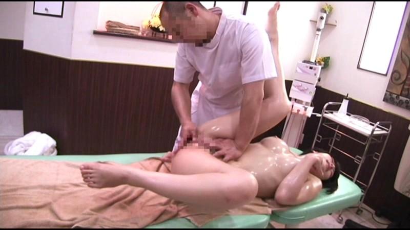 だまされた無垢な田舎娘 シロムチ巨乳女子大生上京オイルマッサージ サンプル画像 18