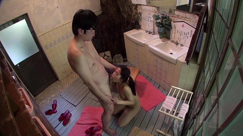 大衆浴場で悪戯される少女犯罪映像 無料エロ画像17