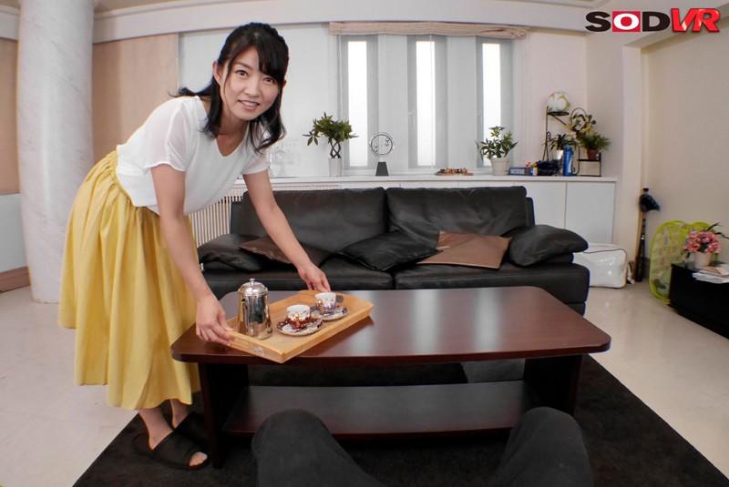 【VR】山口菜穂 38歳 VR 第2章どこにでもいる普通のママがやっぱり1番エロい。旦那の居ぬ間に自宅で逢瀬。本物人妻に寝取り中出し!のサンプル画像