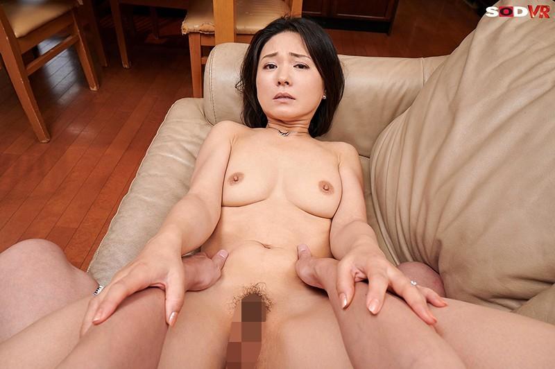 【VR】バレたらクビ確定!社長の奥さんが性欲凄すぎて、10発こっそり誘惑時短中出しされちゃいました。 綾瀬麻衣子 画像15