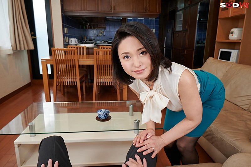 【VR】バレたらクビ確定!社長の奥さんが性欲凄すぎて、10発こっそり誘惑時短中出しされちゃいました。 綾瀬麻衣子 画像3