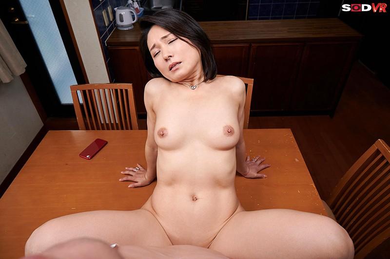 【VR】バレたらクビ確定!社長の奥さんが性欲凄すぎて、10発こっそり誘惑時短中出しされちゃいました。 綾瀬麻衣子 画像8