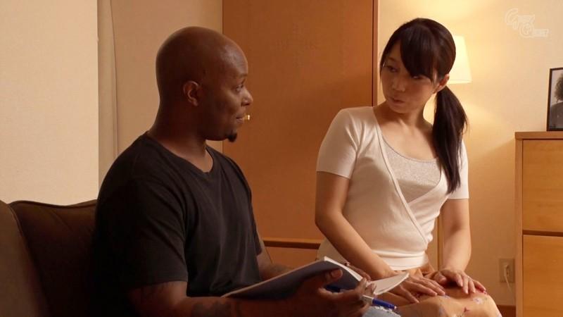 ホームステイにやってきた黒人さんのデカち○ぽに発情した母さん 二ノ宮慶子