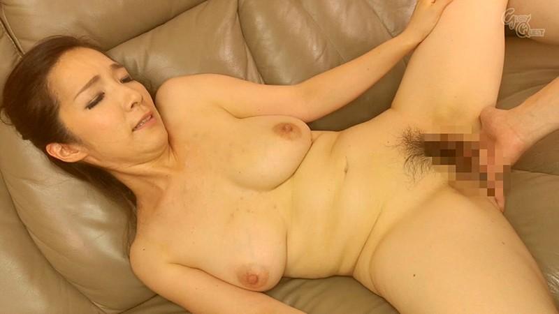 姑の卑猥過ぎる巨乳を狙う娘婿 黒木まり 画像4
