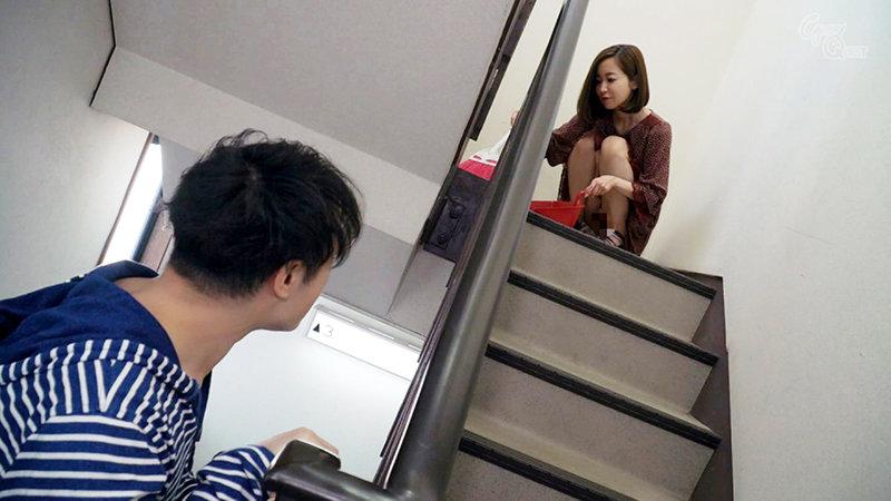 ノーブラノーパンで挑発してくるスケベ奥さんが隣に引っ越してきた! 篠田ゆう キャプチャー画像 1枚目
