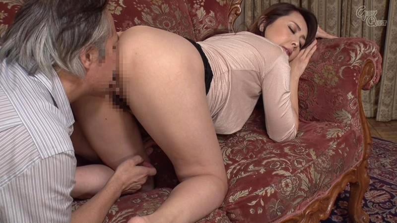 ドキッ!いつも見慣れているはずの巨乳妻の乳首がチラッと見えて旦那発情! サンプル画像 14