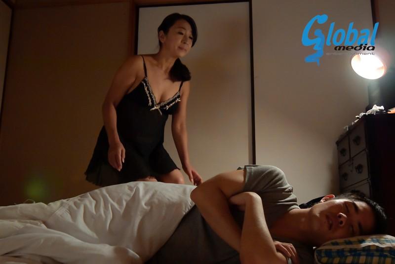 夫の寝ている横で息子の性技に溺れる母 永山麗子