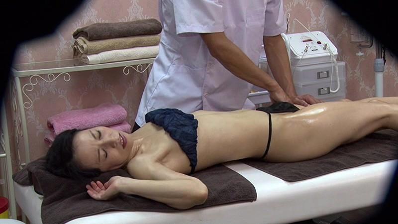 アロママッサージで股間のリンパを優しくさすられると腰がヒクヒクしてきて紙パンツがどんどん濡れてしまう素人妻たち 画像13