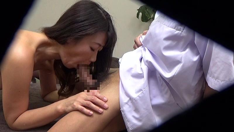 アロママッサージで恥部をいじられる人妻たち 画像4