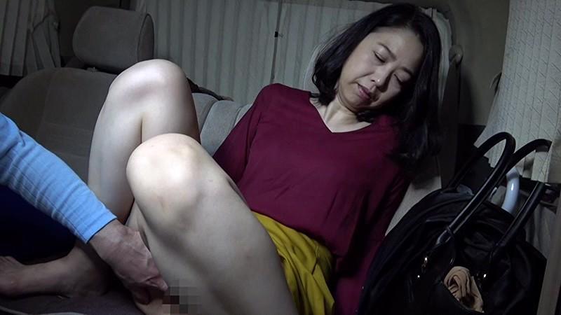 熟女の卑猥な肉体 清純な五十路妻は初脱ぎでイキまくり! 1枚目
