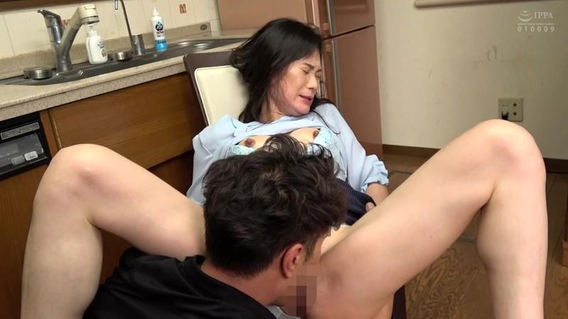 恥辱に濡れる五十路熟女 インポになって落ち込む息子を優しい母親は… 近所の旦那は夫婦の悩みを相談しに来た大阪の奥さんを… 15枚目