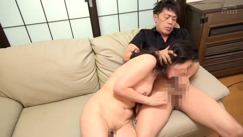 恥辱に濡れる五十路熟女 インポになって落ち込む息子を優しい母親は… 近所の旦那は夫婦の悩みを相談しに来た大阪の奥さんを… 17枚目