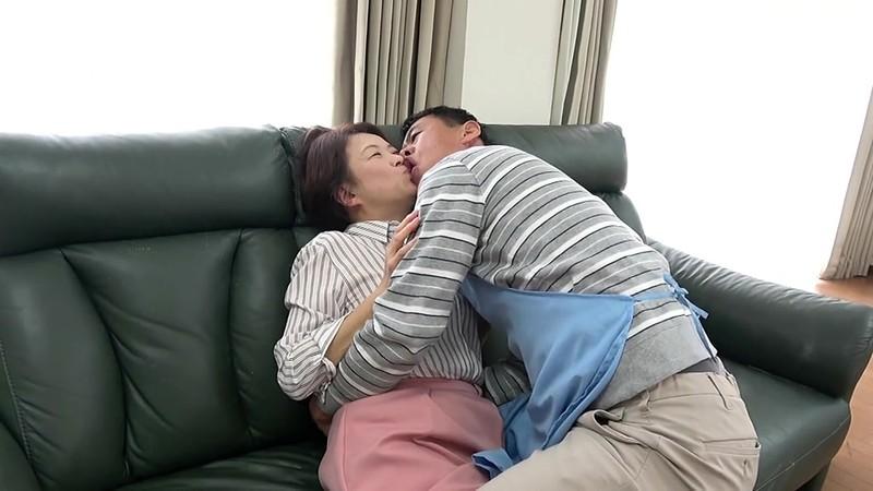 五十路妻 濃厚 接吻ドラマ 奥さんの秘め事を覗いてしまったクリーニング屋は…夫の法要の夜、義父に中出しされた大阪の嫁 1枚目