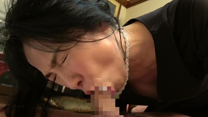 五十路妻 濃厚 接吻ドラマ 奥さんの秘め事を覗いてしまったクリーニング屋は…夫の法要の夜、義父に中出しされた大阪の嫁 14枚目
