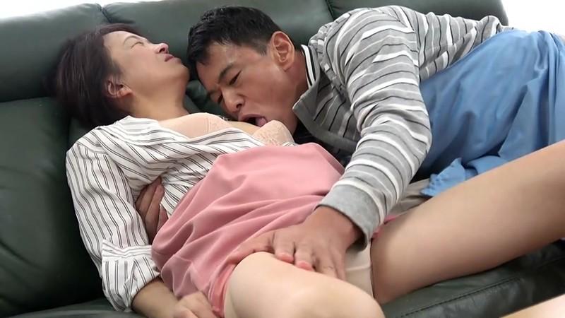 五十路妻 濃厚 接吻ドラマ 奥さんの秘め事を覗いてしまったクリーニング屋は…夫の法要の夜、義父に中出しされた大阪の嫁 3枚目