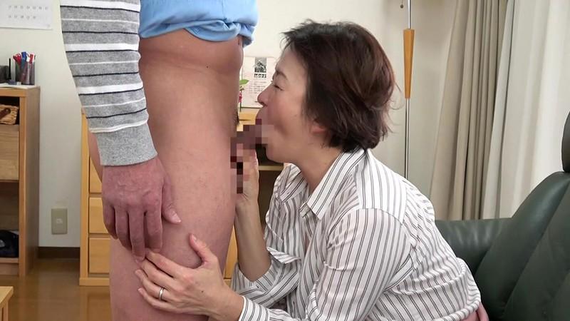五十路妻 濃厚 接吻ドラマ 奥さんの秘め事を覗いてしまったクリーニング屋は…夫の法要の夜、義父に中出しされた大阪の嫁 5枚目