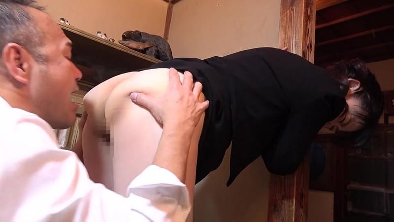 昭和猥褻官能ドラマ 葬式の夜、義兄に襲われた五十路の喪服未亡人 往診に来た医者に人妻は陰部をイジられ… 画像3