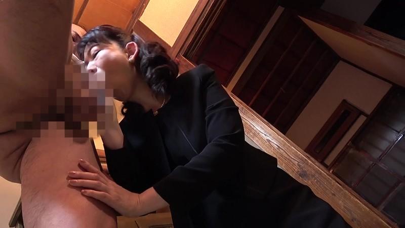 昭和猥褻官能ドラマ 葬式の夜、義兄に襲われた五十路の喪服未亡人 往診に来た医者に人妻は陰部をイジられ… 画像4