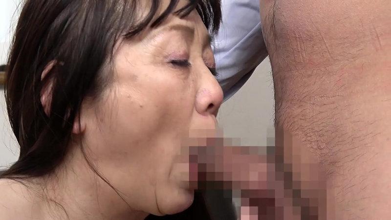 熟妻 息子のサッカーのコーチに襲われた清純妻 六十路完熟女は44年ぶりに再会した同級生に2穴されて… 画像16