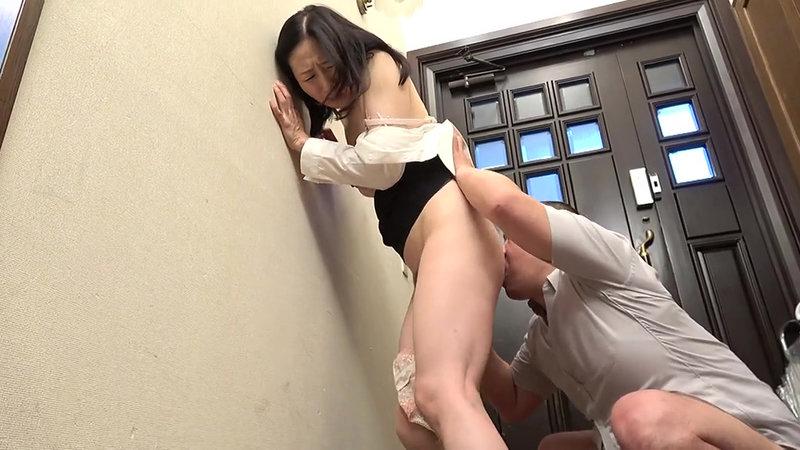 熟女 疼き乱れる昼下がり 夫の部下に無理やり舐められた五十路妻は… 熟れたセールスレディは訪問先の玄関で押し倒され… 画像16