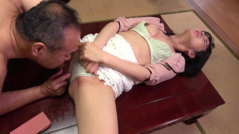 熟妻 夫の上司に体を弄ばれた清純妻 パソコンサービスの男に恥部をしつこく舐められた五十路妻