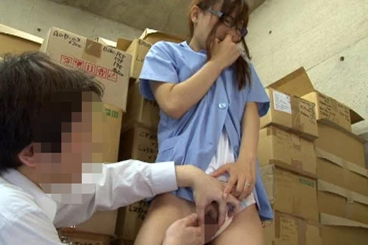 【変態】スレンダーな美乳でメガネの若妻人妻の、寝取られ悪戯エロ動画!【若妻、人妻動画】