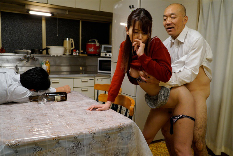 夫の傍で犯●れアクメするNTR願望妻 5人5時間