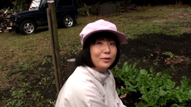 農道ナンパ 肥料香るあぜ道で見つけた極上のエロ熟女 寂しい田舎のおばちゃんたちは若い男の誘いに弱いのです[17srd00015][SRD-015] 1