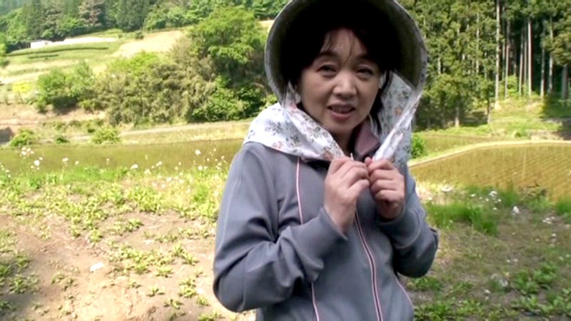 農道ナンパ 肥料香るあぜ道で見つけた極上のエロ熟女 寂しい田舎のおばちゃんたちは若い男の誘いに弱いのです[17srd00015][SRD-015] 11