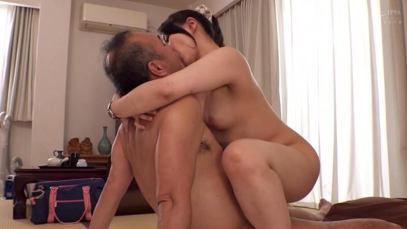【エロ動画】父の介護に来る中出し人妻ヘルパァ【成宮いろは】