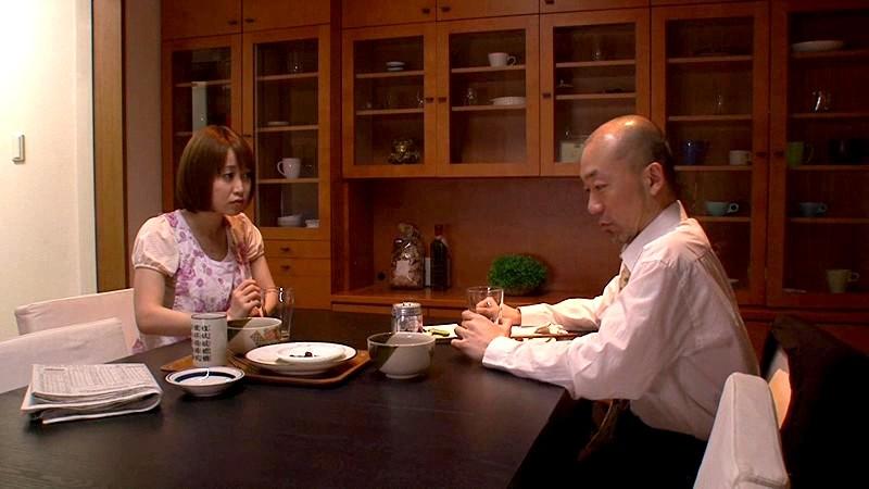 秘め事…発情家族。 至近距離に他の家族が居る状況下なのに喘ぎ声を押し殺しながら身悶える美人嫁 篠田ゆう 1枚目