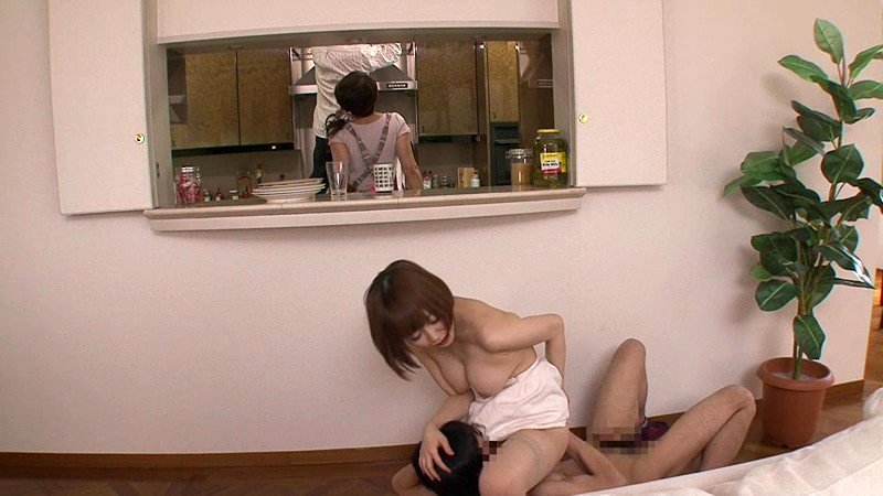 秘め事…発情家族。 至近距離に他の家族が居る状況下なのに喘ぎ声を押し殺しながら身悶える美人嫁 篠田ゆう 12枚目