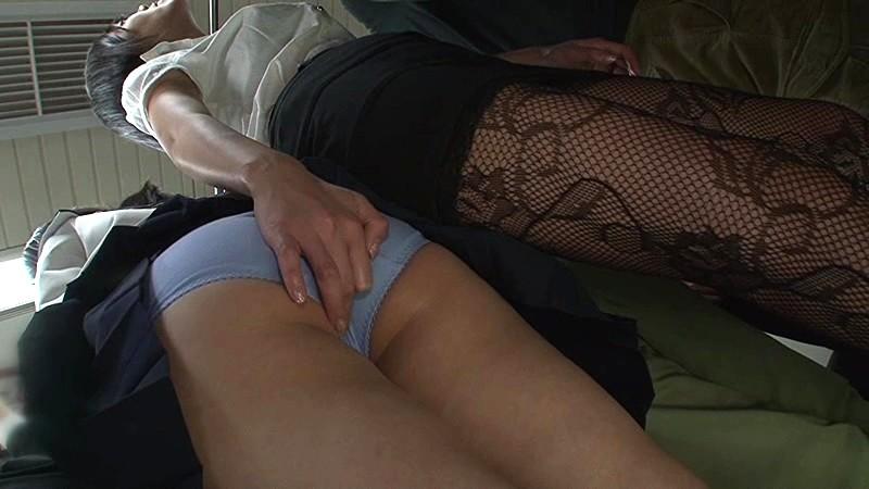 媚薬口移しレズ痴●!!!!!超満員電車で気弱そうなウブ女子校生をレズ痴●しまくり濃厚なキスで媚薬を口移しで飲ませたらド淫乱娘に豹変! 画像1