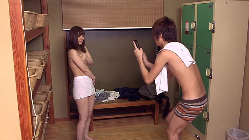 スレンダーな美乳の熟女人妻の、セックス寝取られ不倫無料動画!【羞恥動画】
