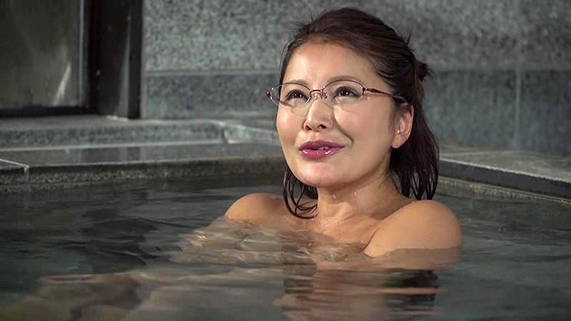 「混浴温泉でご近所の美熟妻と二人きり◆ 大きな胸を見ながらせんずりしているのがバレて怒られるかと思ったら…」VOL.1サンプルF16