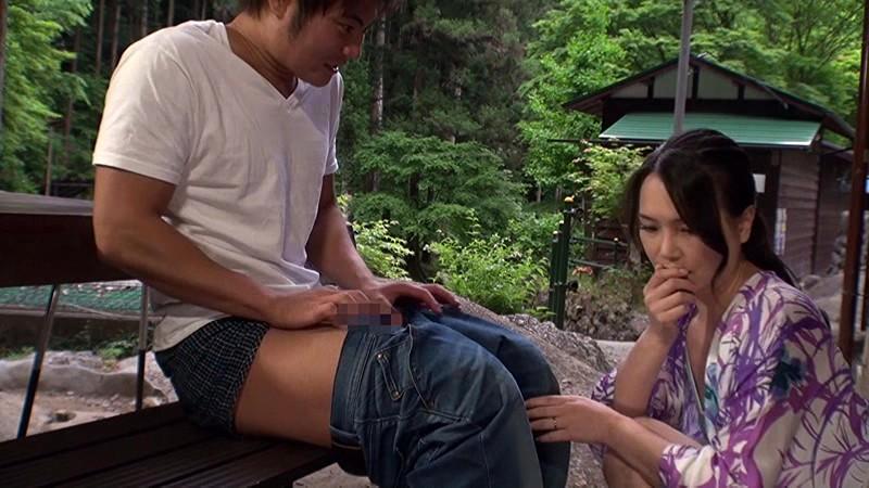 野外にて、スレンダーな美乳で水着姿の熟女人妻の、フェラ露出エロ動画!【熟女、人妻、おばさん動画】