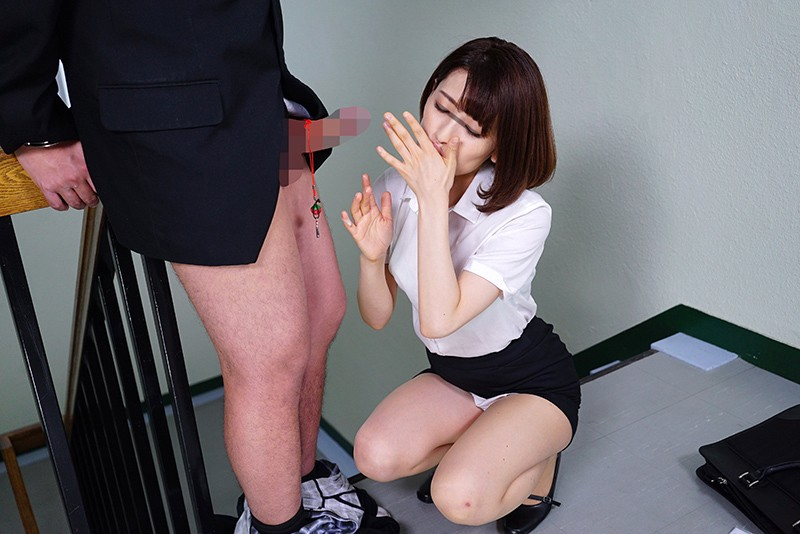 拘束された男のガマン汁を舐める