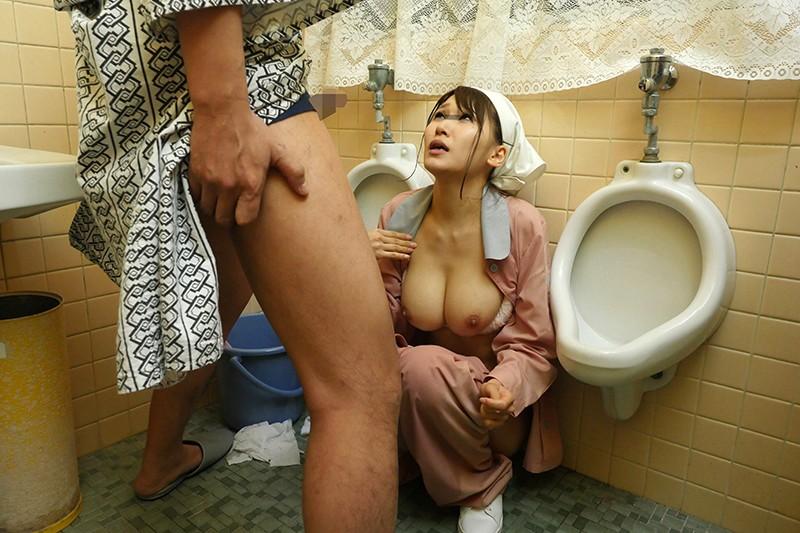 「放尿チ○ポを覗き見する巨乳清掃員の顔に勃起チ○ポを押し付けさらにおしっこぶっかけたら…まさかの発情!?」VOL.1のサンプル画像