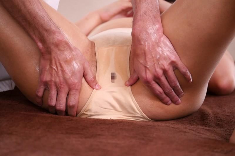 「『施術着の股間の部分に穴が開いていたなんて…』指入れマッサージで何度もイカされた人妻は自ら延長してまで挿入を求める」VOL.1 画像4