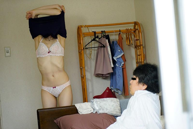 昼間から窓を開けたまま枕オナニーをしている隣の専業主婦と偶然目があったら…貴方ならどうする?