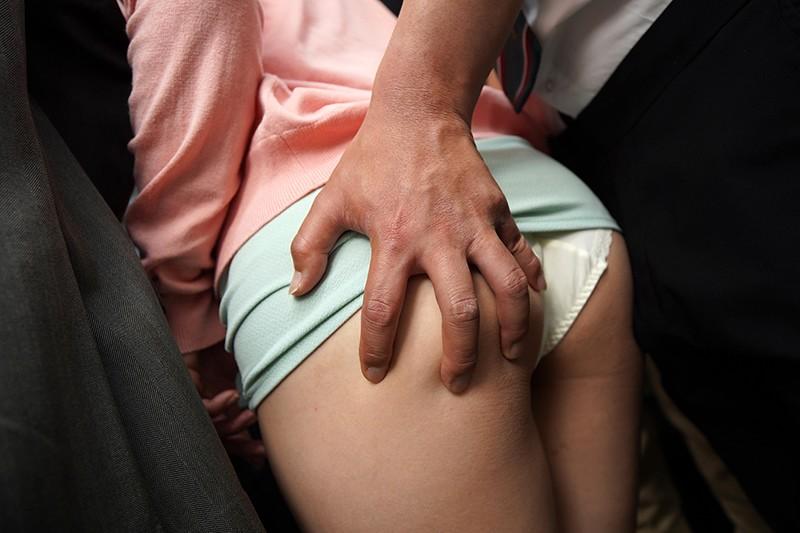 「『そんなに触ったら…おばさんここでセックスしたくなっちゃう』無意識に胸が密着してしまい真面目な青年を痴●師に変えてしまう迷惑巨乳女」VOL.2 画像5