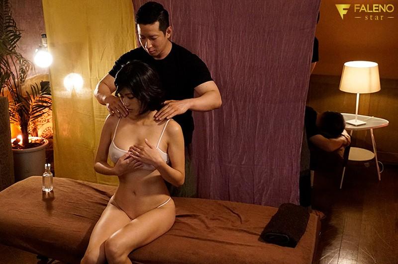 夫のすぐ側でマッサージ師の超テクに溺れる欲求不満な巨乳若妻 美乃すずめ 画像1