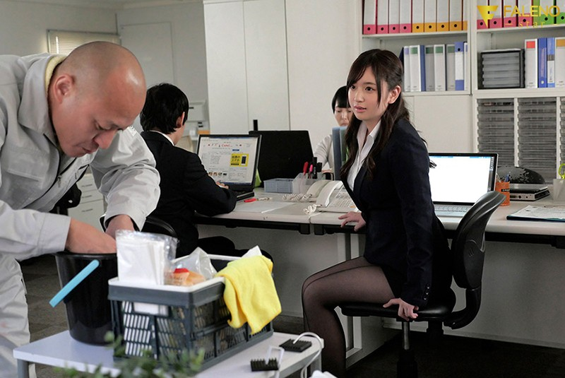 陰湿な中年清掃員のネットリ舐め愛撫にハマり毎日オフィスでステルス性交 桃尻かなめ 画像1