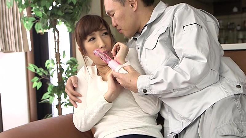 訪問先で人妻にバイブをズブっと突っ込みその卑猥な動きにつられ激しくグラインドするバイブ尻 画像10
