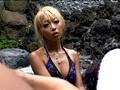 [1gar00244] 混浴露天風呂に入っている美形ギャルカップルの彼氏の死角に座り勃起チ○ポを見せつける!!いきり立つ股間に気づいたギャルは彼氏との会話中もチ○ポから目が離せない。