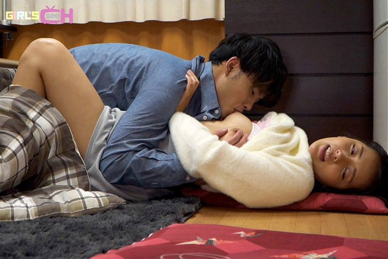 こたつの中でこっそりイジられて熱くなったアソコは我慢できない…婚約者がいるのに実家で寝取られ中出し-10 イケメンAV男優動画/エロ画像