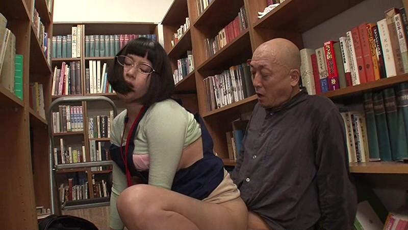 図書館で働く真面目な女性…と思ったら、エプロンの隙間から見える超ミニスカートからのパンチラが僕をソソる誘惑!!僕の視線に気付いたのか、やたらとパンチラを見せつけてくるのでもう辛抱たまりません!!3 画像19