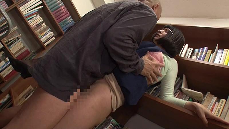 図書館で働く真面目な女性…と思ったら、エプロンの隙間から見える超ミニスカートからのパンチラが僕をソソる誘惑!!僕の視線に気付いたのか、やたらとパンチラを見せつけてくるのでもう辛抱たまりません!!3 画像20