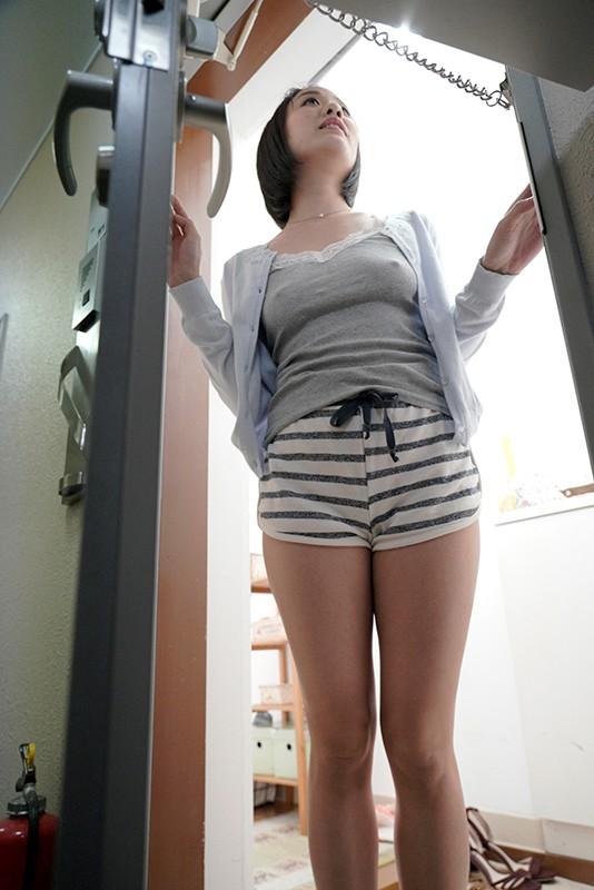 玄関のチェーンを掛けたまま身体を見せつけ微笑んでくる誘惑妻