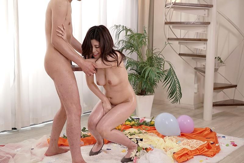 寝取らせ検証『綺麗な裸を残しておきたい』メモリアルヌード撮影で共演した夫よりも若いモデルの他人棒を見て愛液を垂らした妻はその後、SEXしてしまうのか?VOL.8 画像6